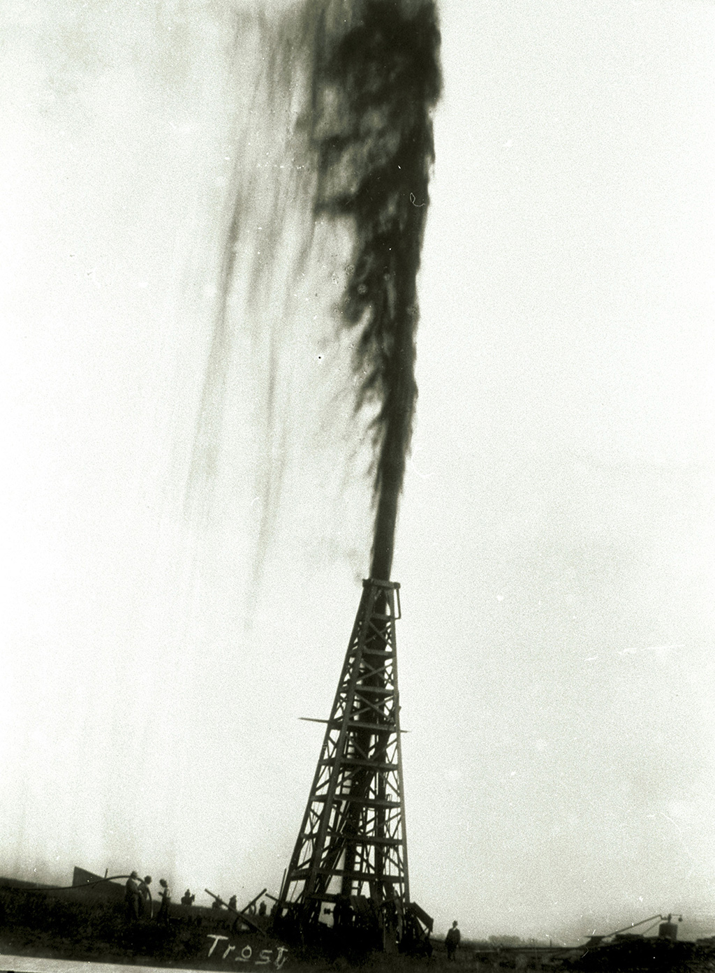 Die sogenannte Lucas-Fontäne in Spindletop, 1901, der Beginn des ersten großen Ölbooms in den USA © Tyrell Historical Library (Beaumont, Texas) the Gilbert Papers, MS 159]